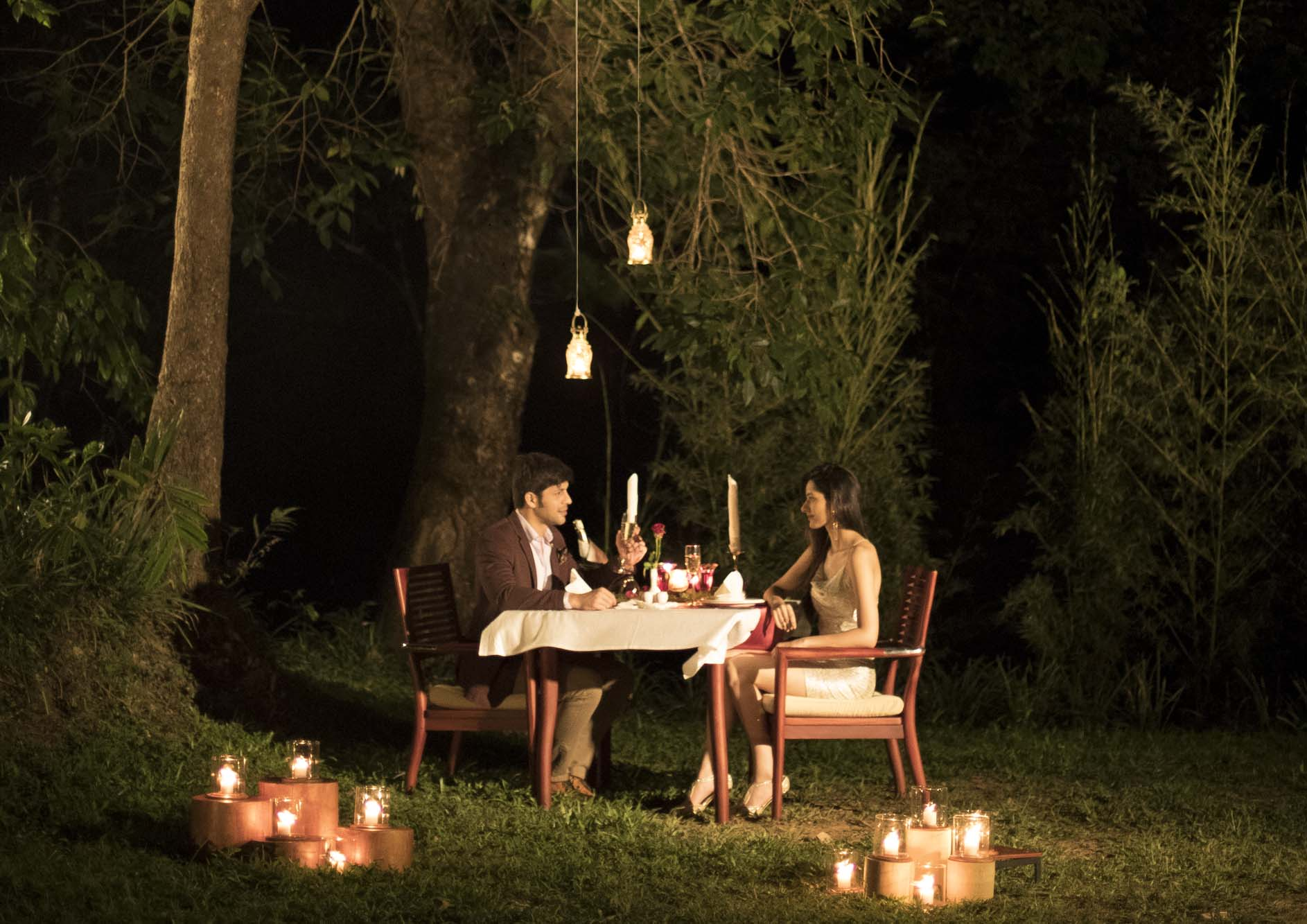 couple-doing-outdoor-dining-experiencing