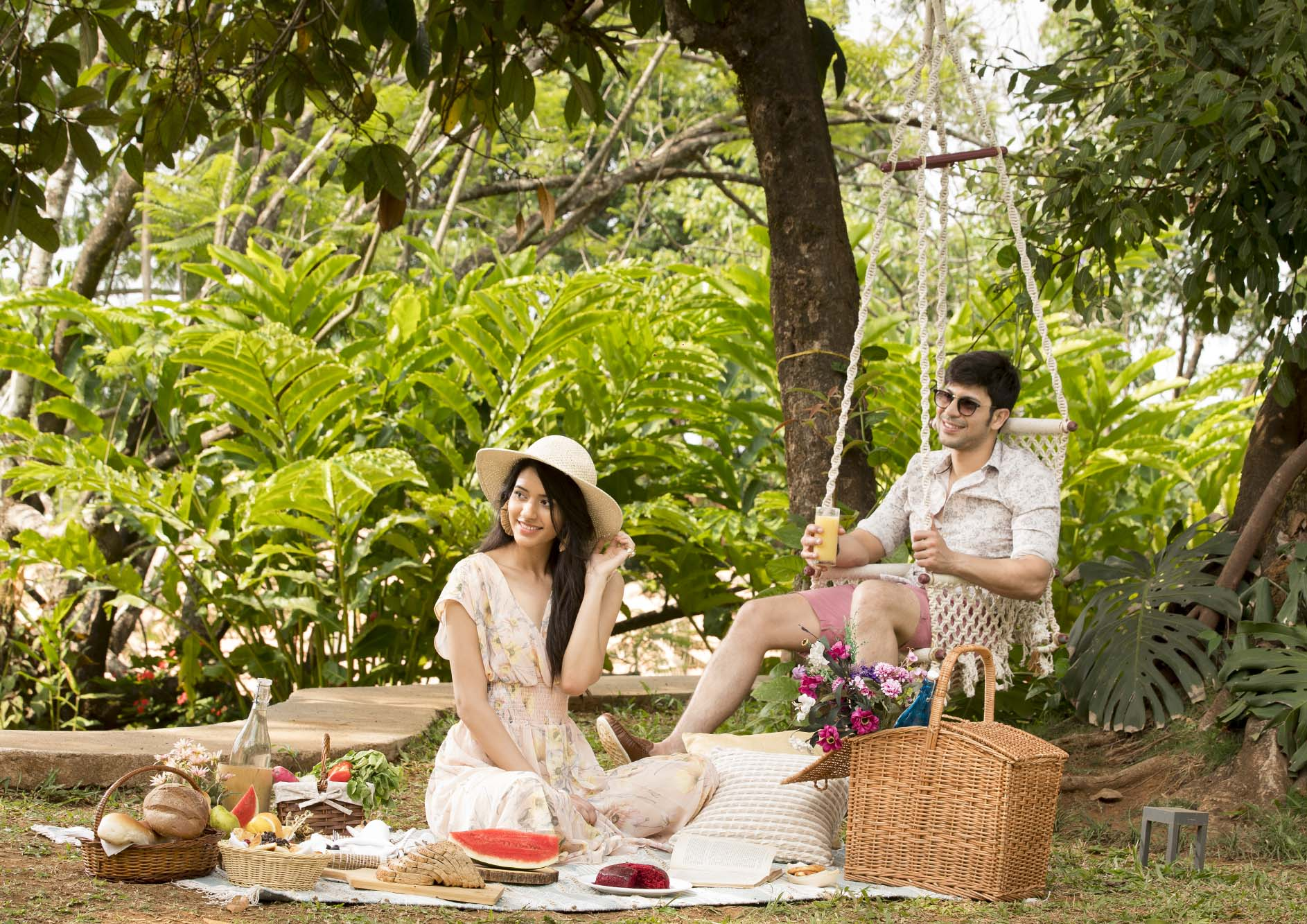 couple-doing-outdoor-lunch-experiencing
