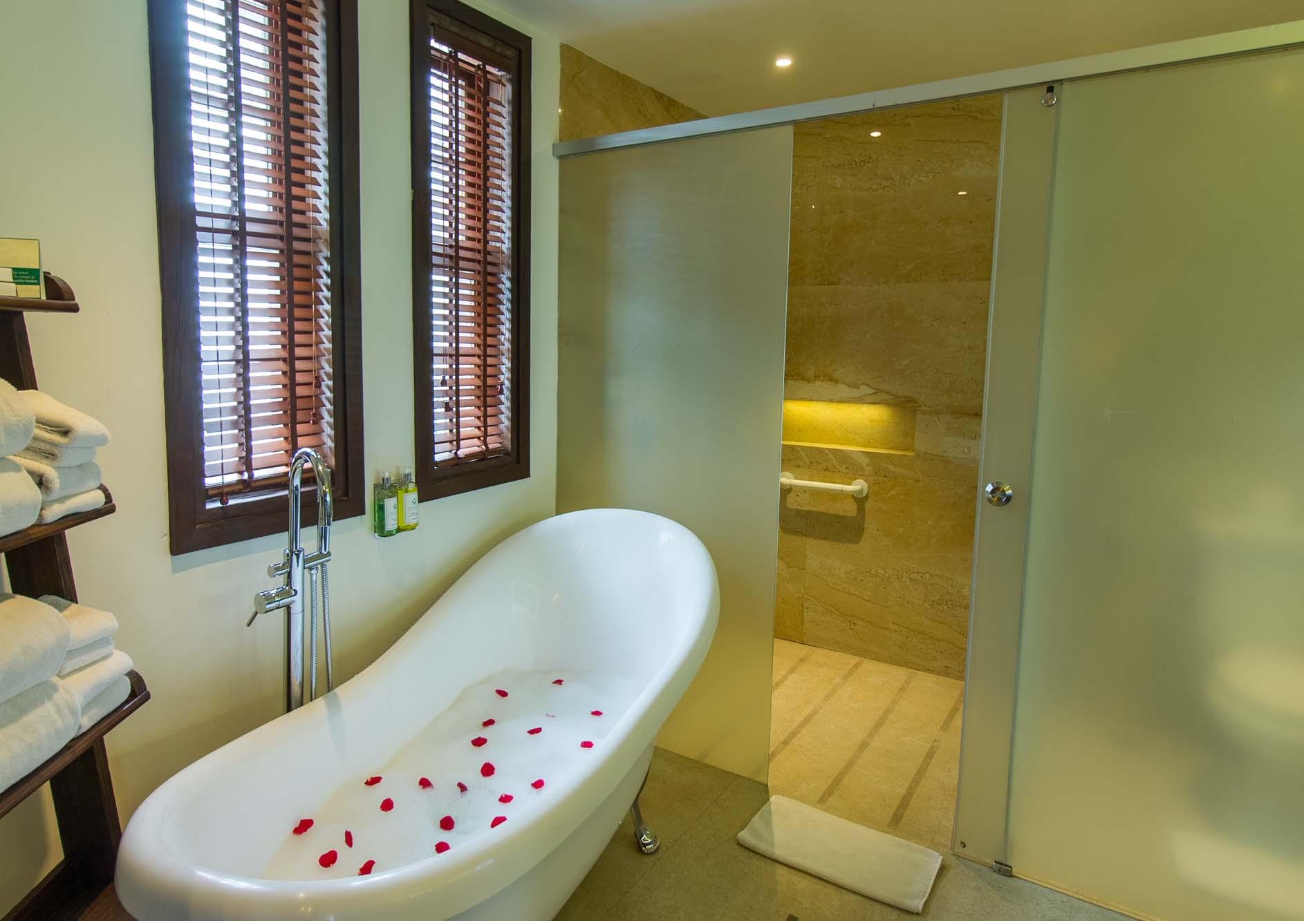 luxury-bathtub-with-rose-pattles